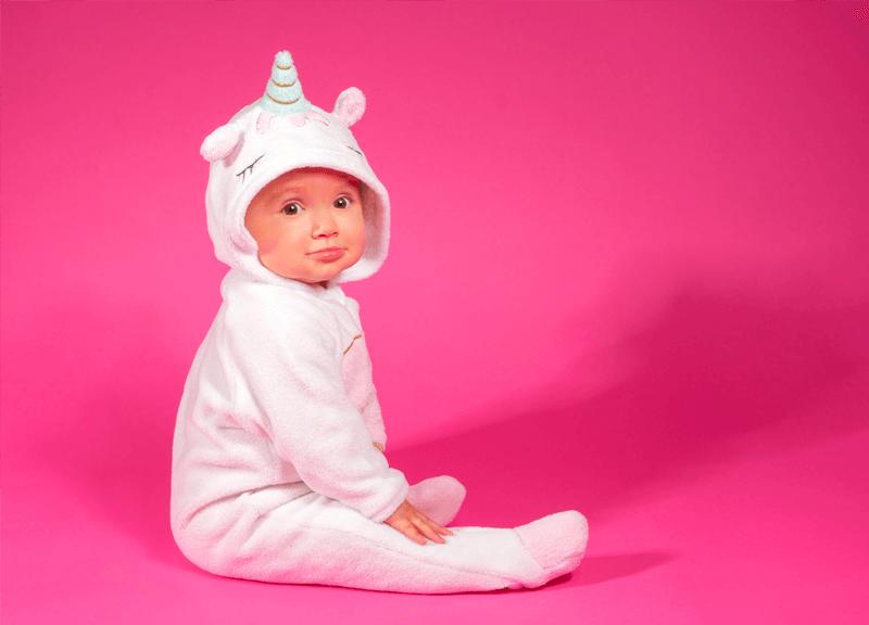 bébé costume de licorne fond rose