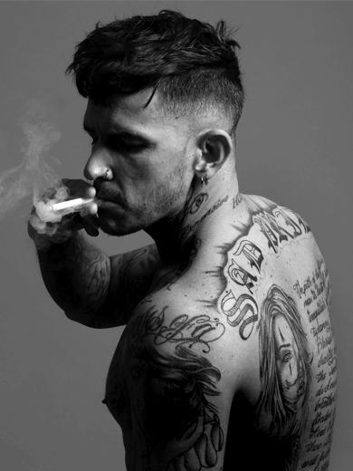 homme tatoué qui fume